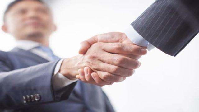 起業家が握手をしているイメージ画像