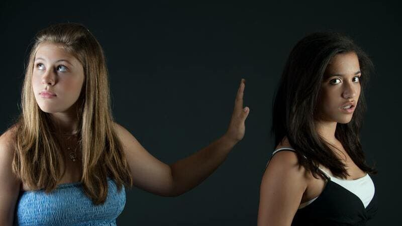 態度を変える女性を表した画像