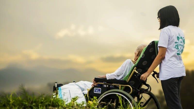 患者に寄り添った看護ができていることをイメージする看護師の画像