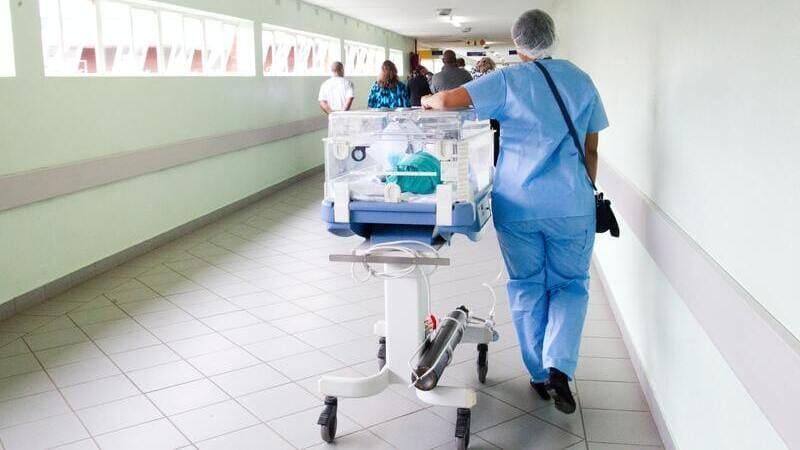 病院内を移動しているイメージ