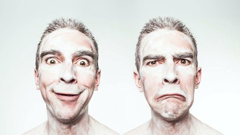 人によって態度を変える人の画像