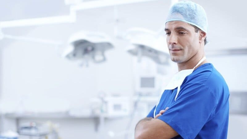 ICUをイメージした医師の画像