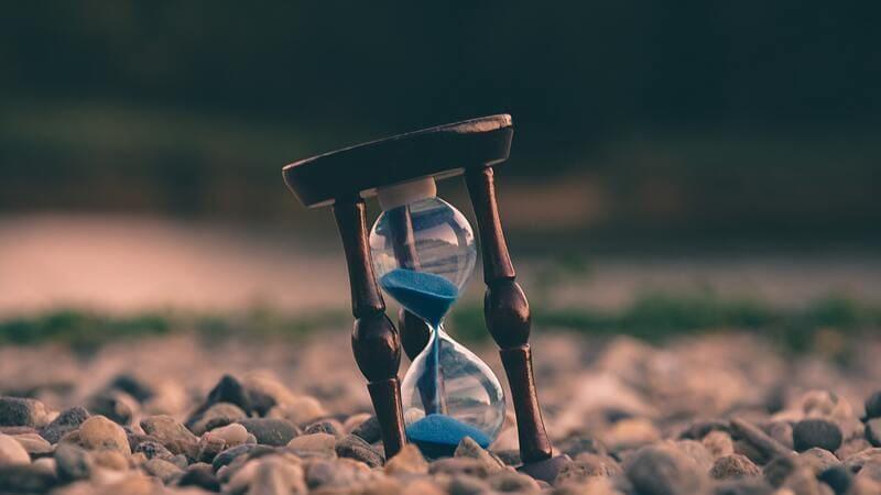 期間限定を表現する砂時計の画像