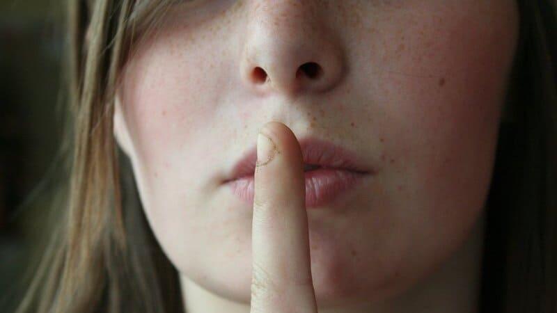 秘密を表現している女性