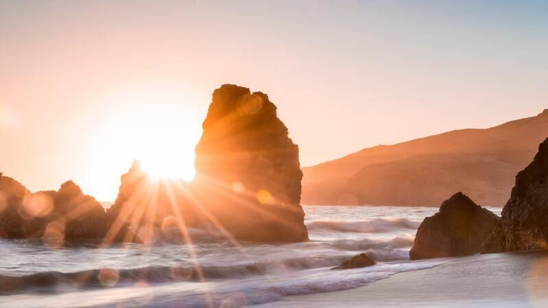 希望の光を表す朝日の画像