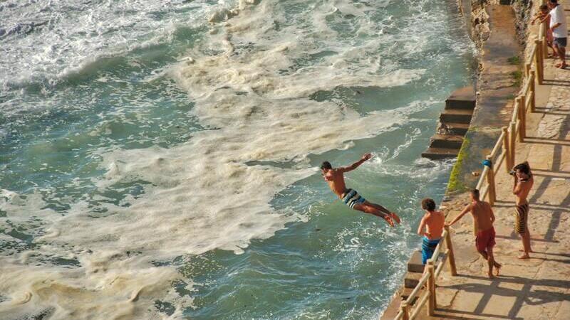 転職の波に飛び込むイメージ画像